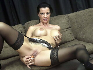 Slut milf stuffs her pussy with carrots