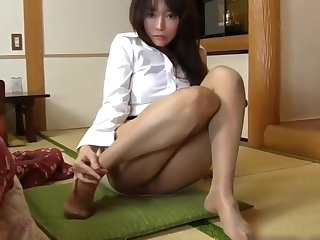 PERFECT FEET IN NYLON JAPANESE BABE IN MINI Explicit