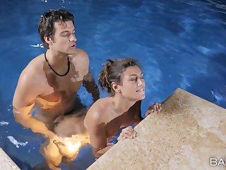 Fucking his beautiful girlfriend in the pool