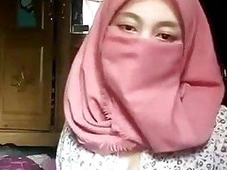 Hijab Muslim main undressing