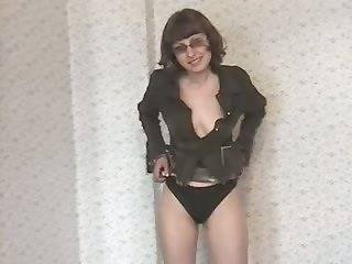 Pallid amateur mature whore exposes her ugly tits and pissing right away
