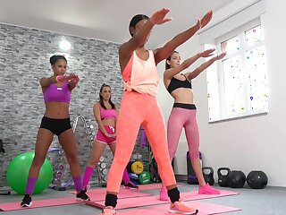 Sapphic triad there the gym for a babe, Lola Marie and Claudia Bavel