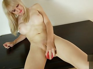 Transsexual knockout pussyrubbing during solo
