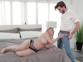 Dee Williams with chunky heart of hearts enjoys amazinf sex with her horny collaborate