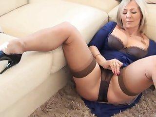 beautiful of age in panties (coroa provocando de calcinha)