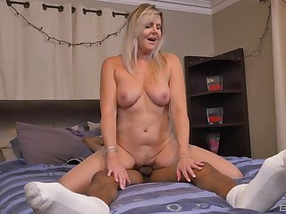 Mature wife Velvet Skye gets big black dick to surrejoinder her needs