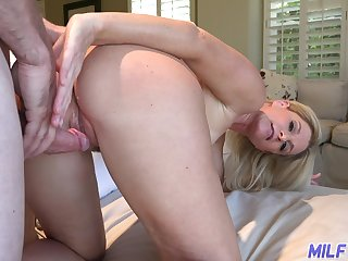 Hospitable housewife India Summer invites guest to perforate her mouth and pussy